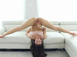 Teen Bends In Crazy Ways For Flexible Sex